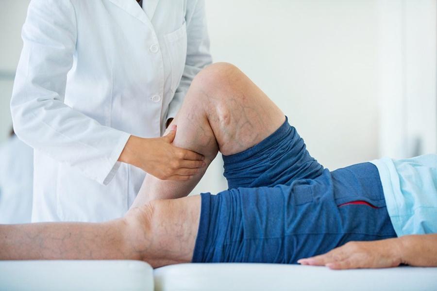 Doutor examinando uma perna